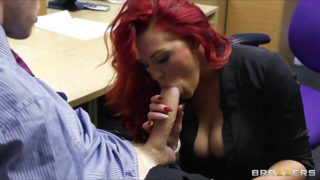Alexis muestra sus deliciosas golosinas y comienza pillados follando en gran hermano a masturbarse